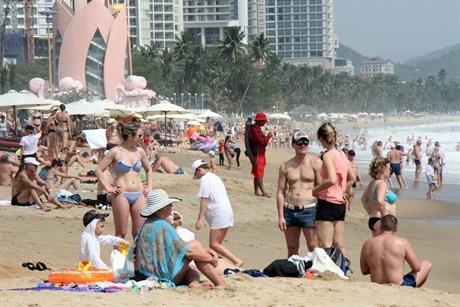 Biển Nha Trang đông nghẹt khách nước ngoài